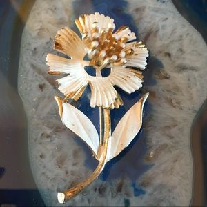 Jewelry - Vtg white floral metal brooch moves when you walk